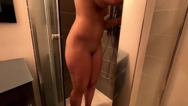 Baambyy se fait baiser sous la douche