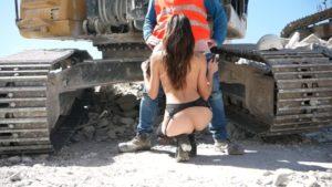 Tara Cherry taille une pipe en public à un ouvrier sur un chantier