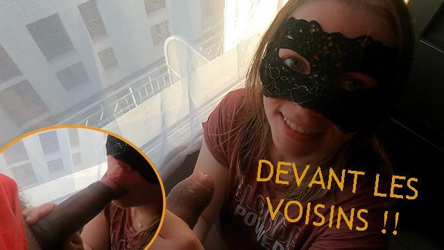 La jeune amatrice Neey Leen se prend une faciale devant ses voisins
